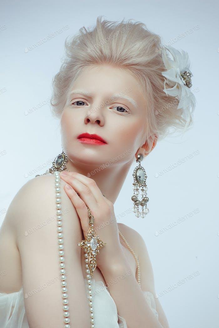 schöne Albino Mädchen mit roten Lippen auf weißem Hintergrund