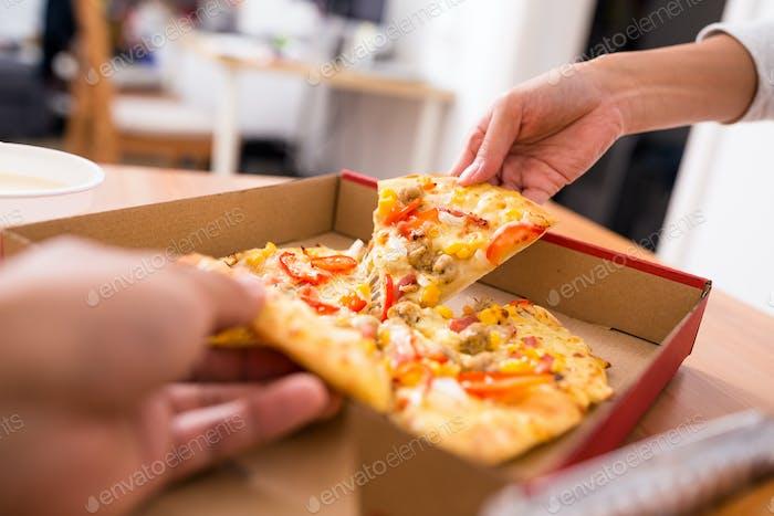 Compartir pizza en casa