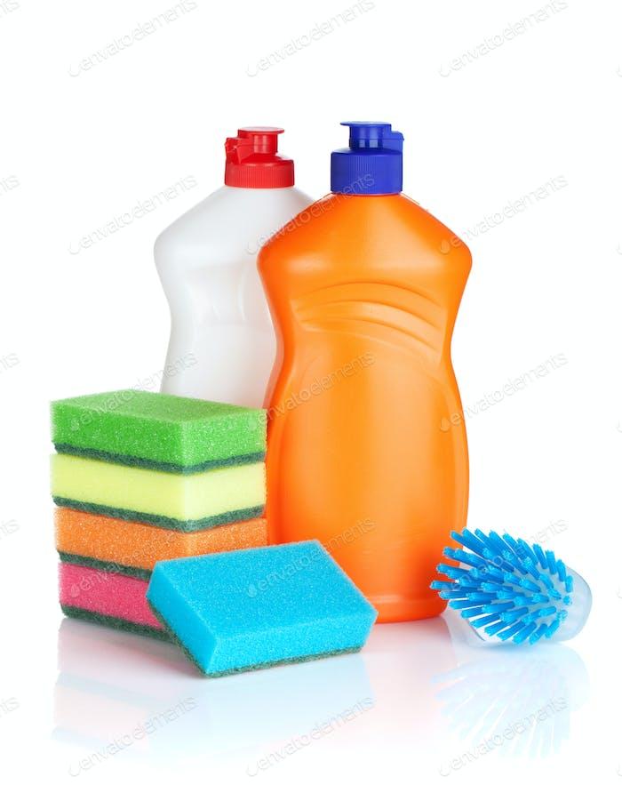 Botellas de plástico de productos de limpieza, esponjas y cepillo