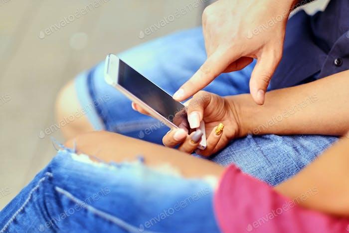 Ein Paar mit Smartphone und Instant Messaging.