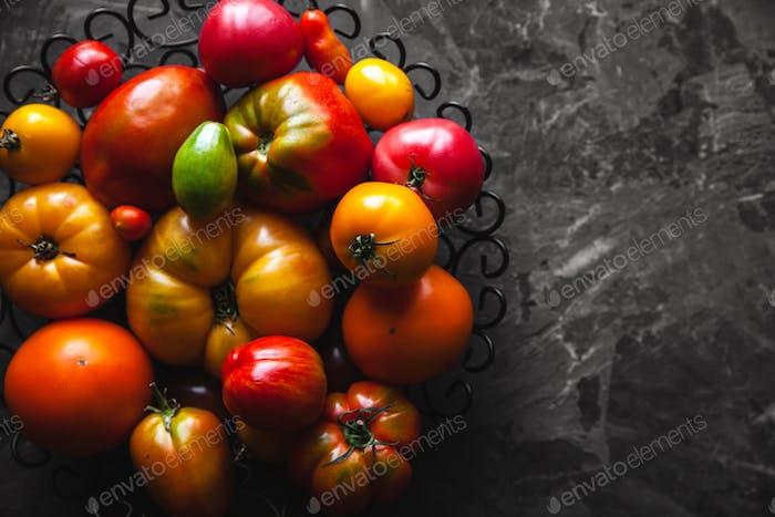 Tomaten auf einem grauen Hintergrund, gesundes Essen, Gemüse