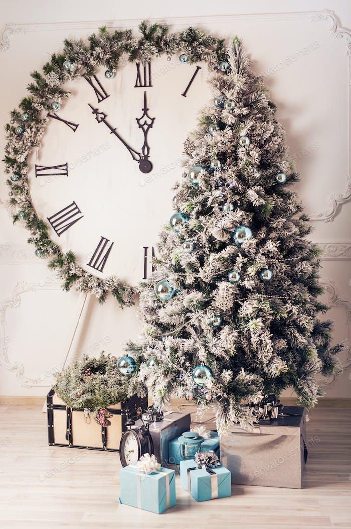 Dekorierte Tannenbaum und Geschenk-Boxen im Wohnzimmer