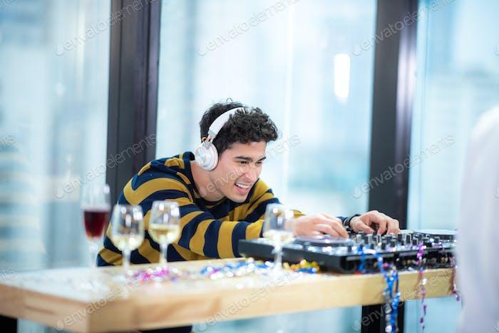 DJ tocando música para celebrar el nuevo año 2020.