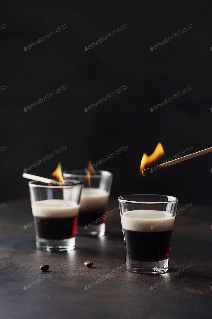Kaffee Ligueur mit irischer Sahne bereit, in Brand zu setzen,