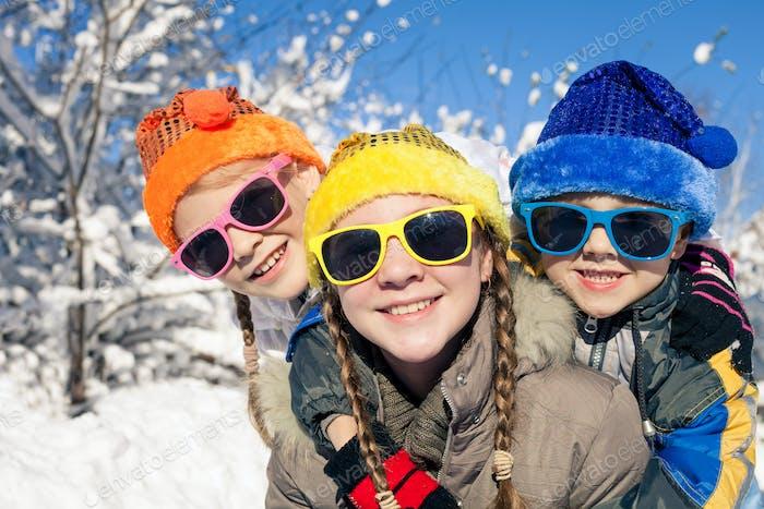 Glückliche kleine Kinder spielen im Winter Schneetag.