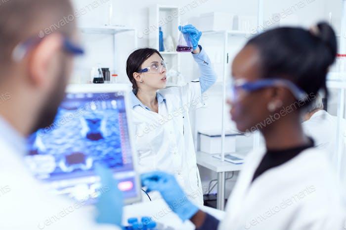 Chemie-Exppert bei der Betrachtung wissenschaftlicher Stich