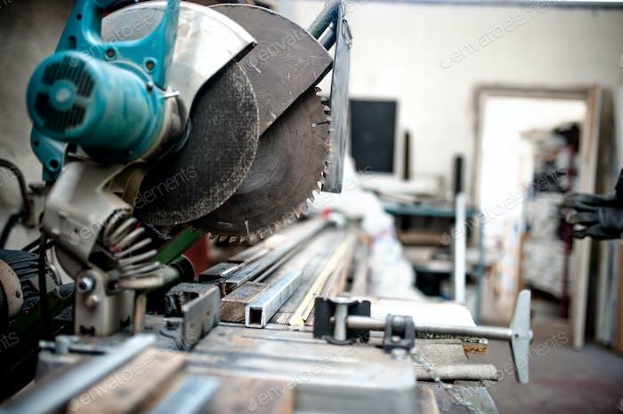 industrielles Schneidwerkzeug in der Fabrik, Gleitmischung Gehrungssäge