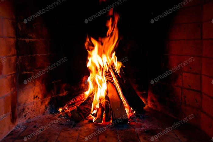 Brennende und glühende Holzstücke im Kamin