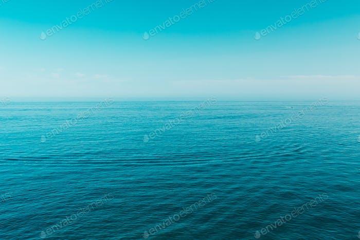 Mar Océano y azul cielo claro Fondo