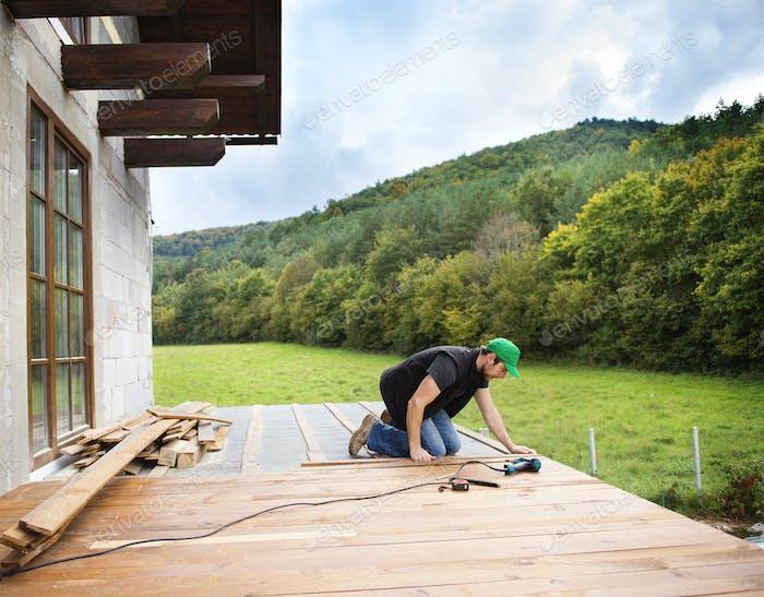 Manitas instalando pisos de De madera