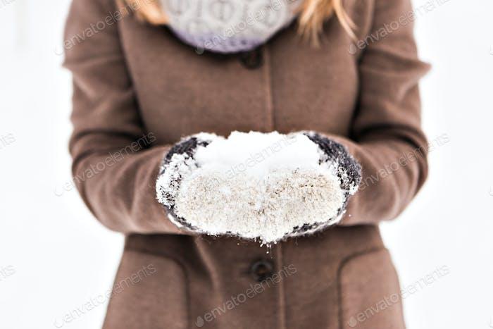 Mädchen spielen mit Schnee in park