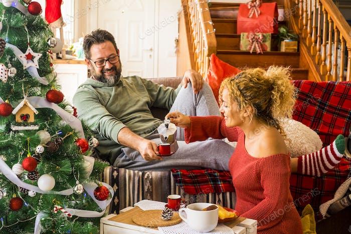 Weihnachtszeit zu Hause mit glücklichen erwachsenen Menschen