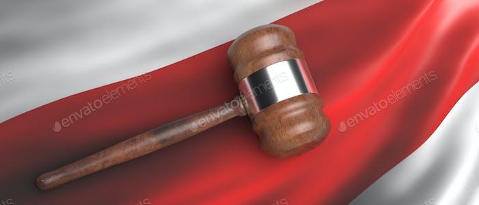 Ley de Belarús. Juez de la subasta martillo en la bandera de protesta bielorrusa ondeando fondo. 3d ilustración