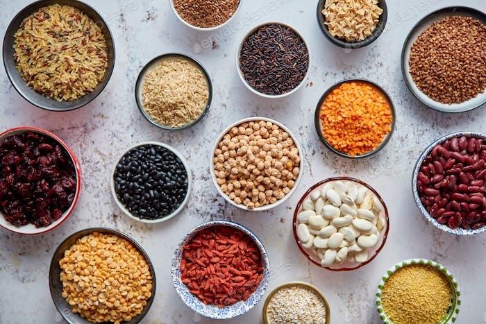 Bio-Superfood-Sortiment in Schüsseln