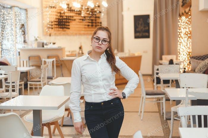 Erfolgreiche Managerin im eigenen Café