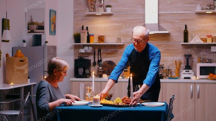 Jubilación hombre surving cena