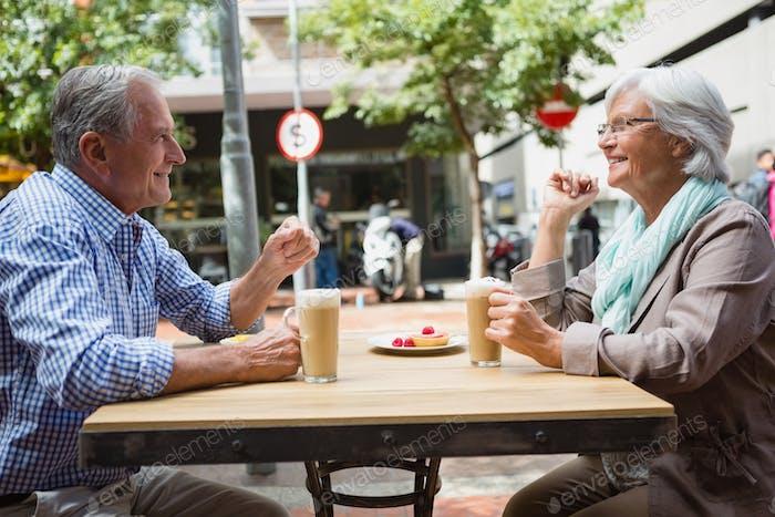 Seniorenpaar interagieren miteinander