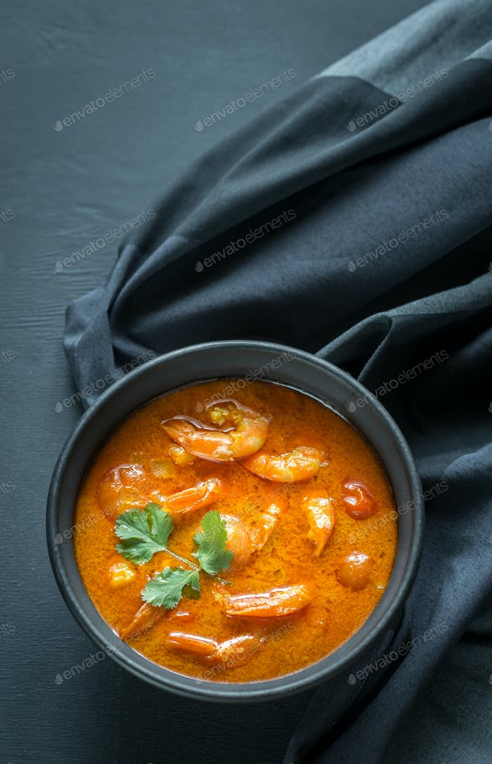 Schüssel mit gelbem thailändischen Curry mit Meeresfrüchten