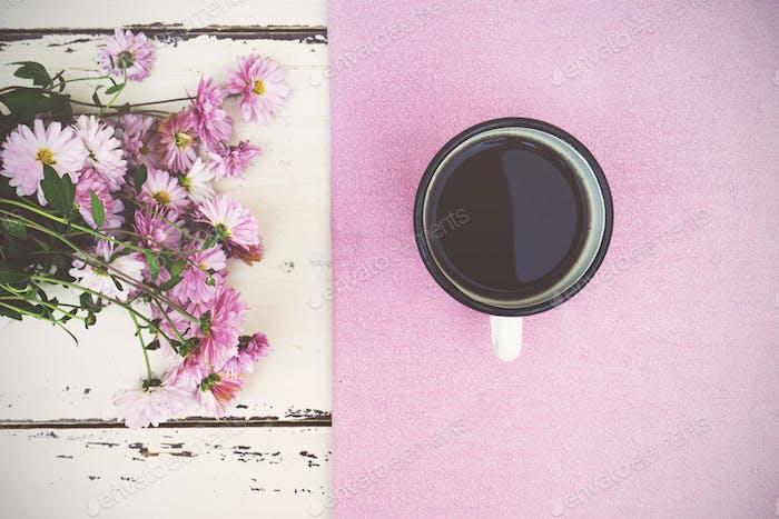 Taza de café y flores en Fondo de De madera.