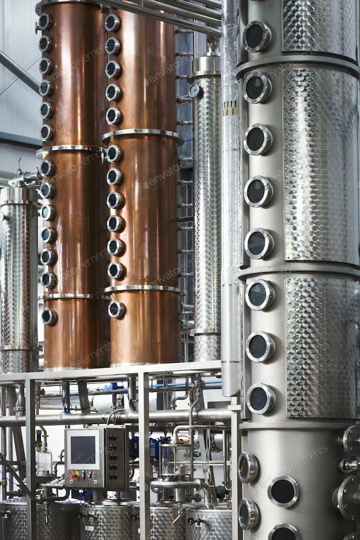 Hohe Kupferbrennereikammern in einer Brauerei, brauen Lagertanks aus Kupfer und Stahl.
