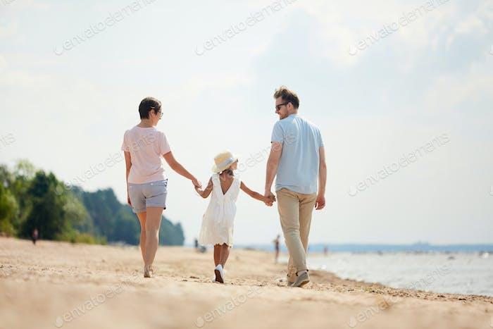 Glückliche Familie Hand in Hand