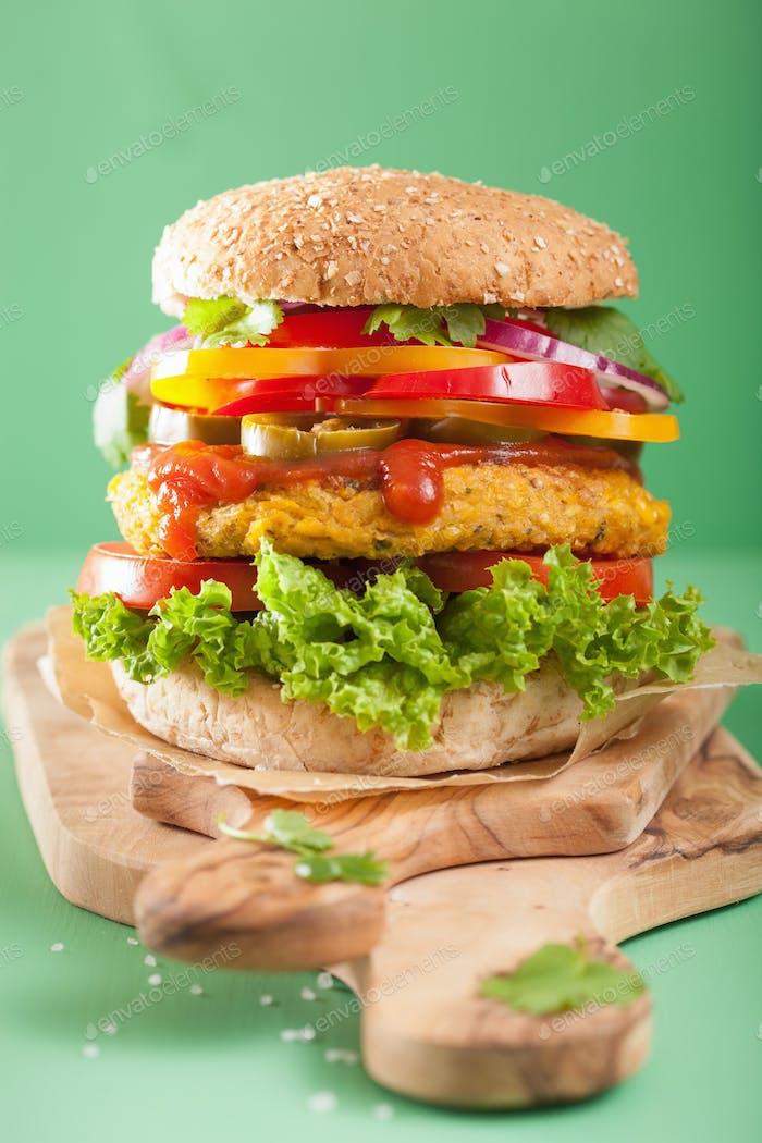 Gemüsekichererbse und Zuckermais-Burger mit Pfeffer Jalapeno Zwiebel