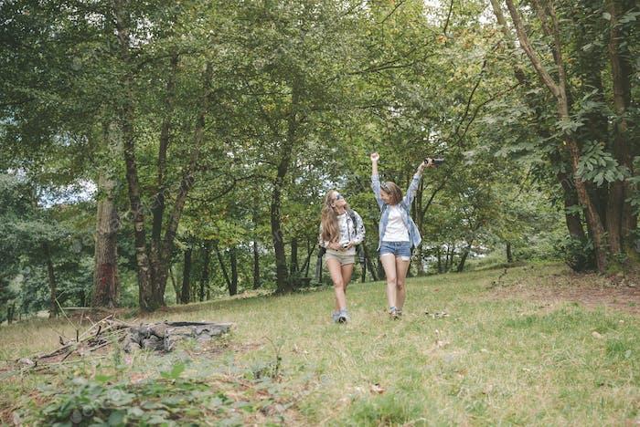 Wandererin hebt die Arme und genießt mit Freund