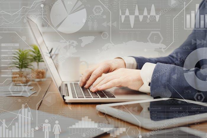 Marketing digital. Pantalla interactiva con procesos de negocio sobre mecanografía del empresario en el portátil