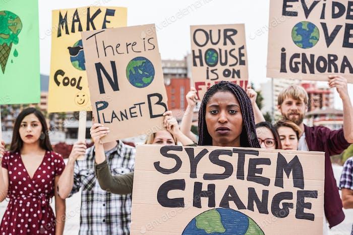 Grupo de manifestantes en la lucha vial por el cambio climático