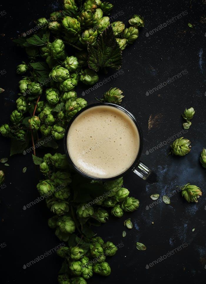 Großes Glas schaumiges Bier
