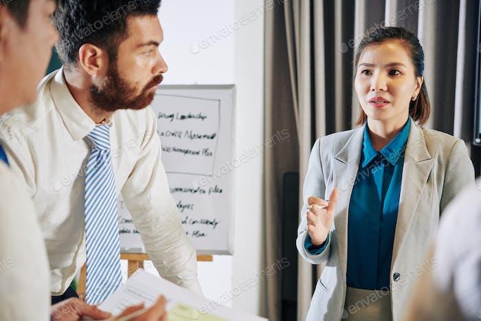Geschäftsfrau im Gespräch mit Coworkes