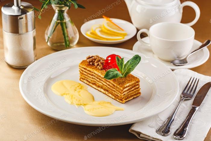 Honigkuchen mit Vanillecreme - Medovik