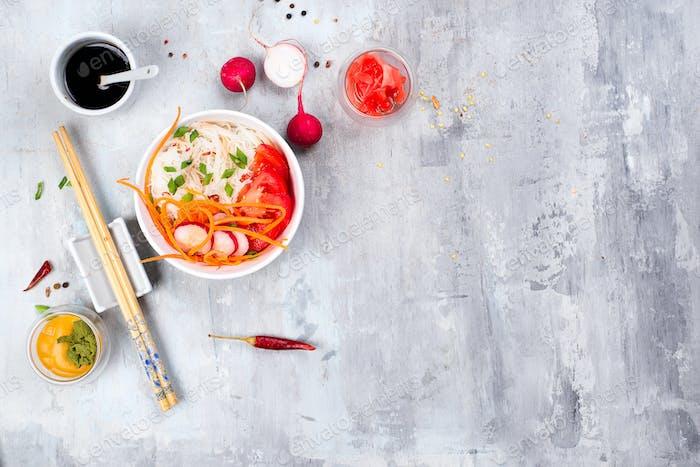 Frühlingssalat mit feinen chinesischen Nödeln und rotem Rettich