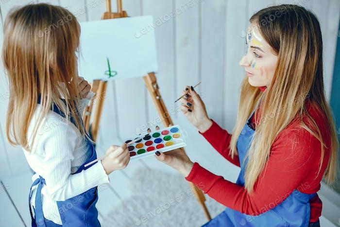 Mama und Tochter zeichnen