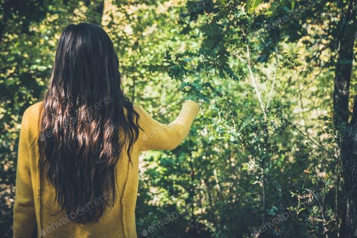 Chica joven con el pelo Largo, disfrutando de la Naturaleza