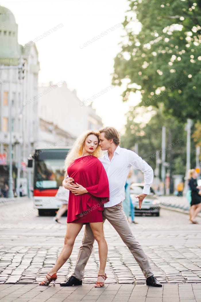 Leidenschaftliches Hipster-Paar tanzt auf den Straßen