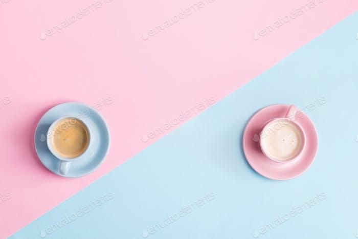 Kreative Pastellblau rosa Hintergrund mit zwei Keramiktassen frisch gebrühtem Kaffeegetränk
