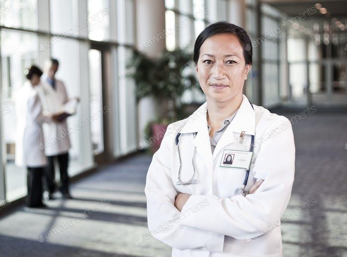 Asiatische Frau Arzt im Labormantel mit Stetheskop.