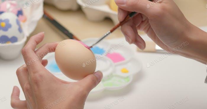 Malerei auf Ei für Osterferien