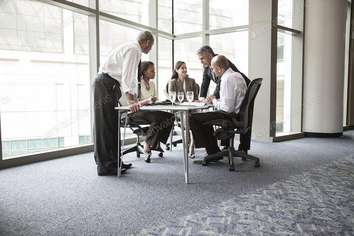 Многоэтническая группа деловых людей на встрече за столом конференции