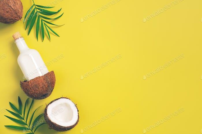 Hellgelber Hintergrund mit Kokosmilch