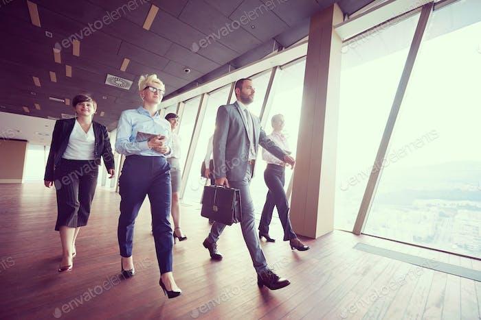 Grupo de Gente Negocios caminando