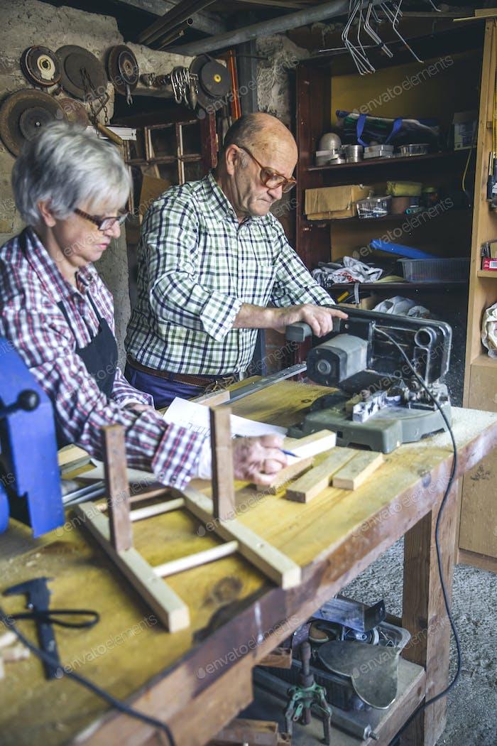 Altes Paar in einer Tischlerei