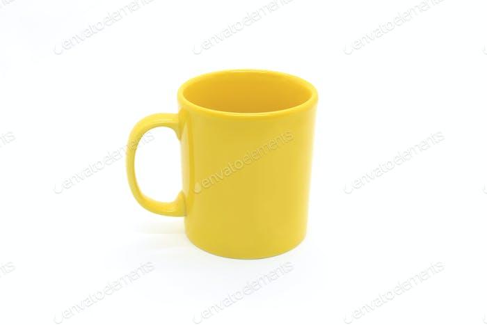 Leuchtende gelbe Keramiktasse auf weißem Hintergrund