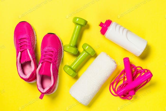 Fitnessgeräte flaches Lay-Bild auf farbigem Hintergrund