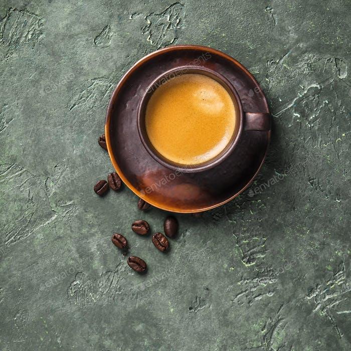 Tasse Kaffee auf rustikalem Hintergrund