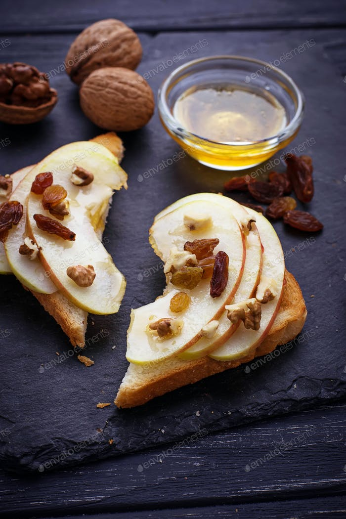 Toasts with apple, walnuts, raisin and honey