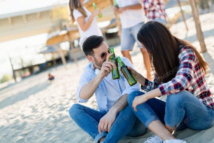 Gruppe junger Freunde lachen und Bier trinken