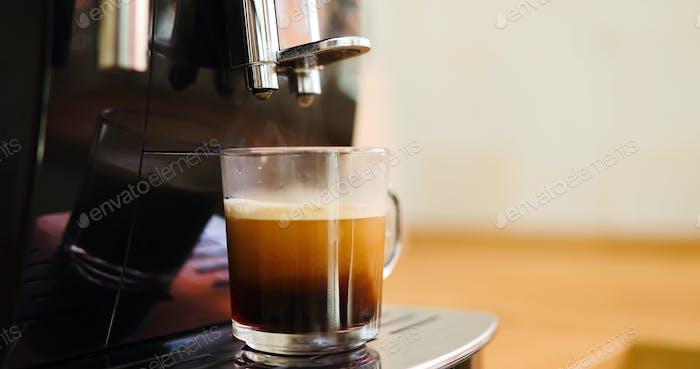 Machine à café faire du café le matin avec crema