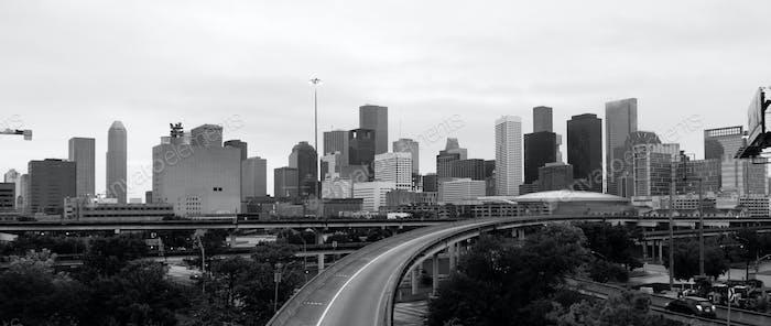 Monochrome Himmel über Downtown Houston Texas City Skyline Highway